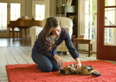 kediyle-oynayan-kadın